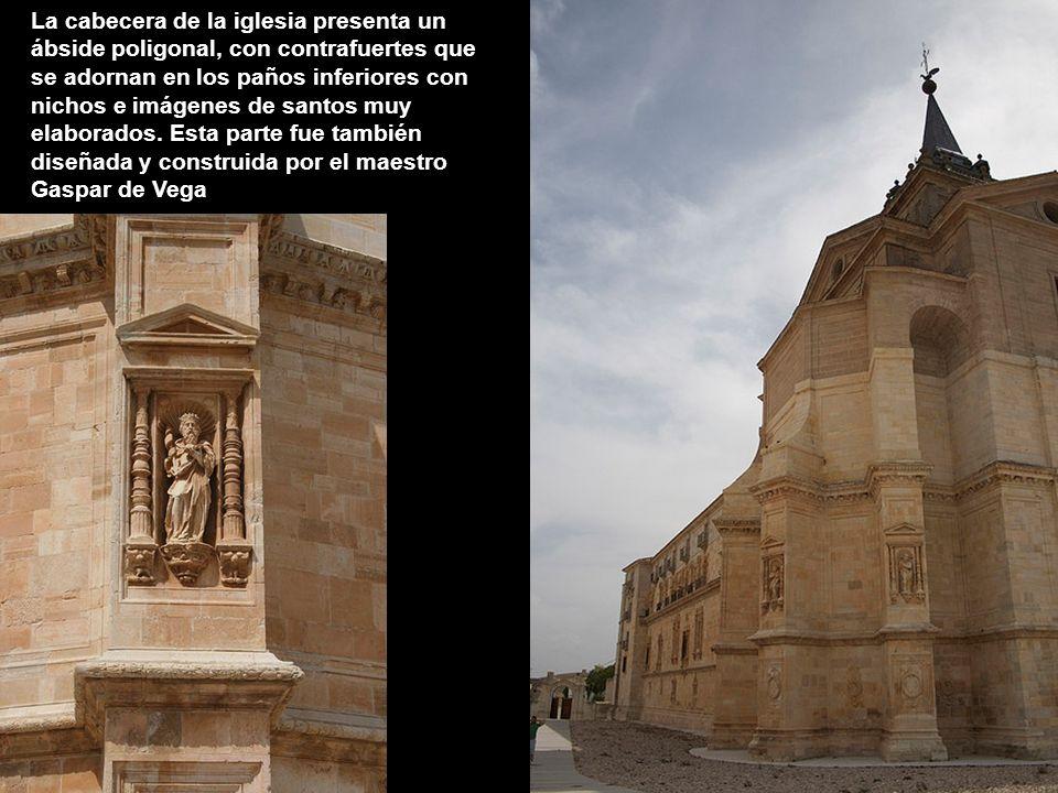 La cabecera de la iglesia presenta un ábside poligonal, con contrafuertes que se adornan en los paños inferiores con nichos e imágenes de santos muy elaborados.