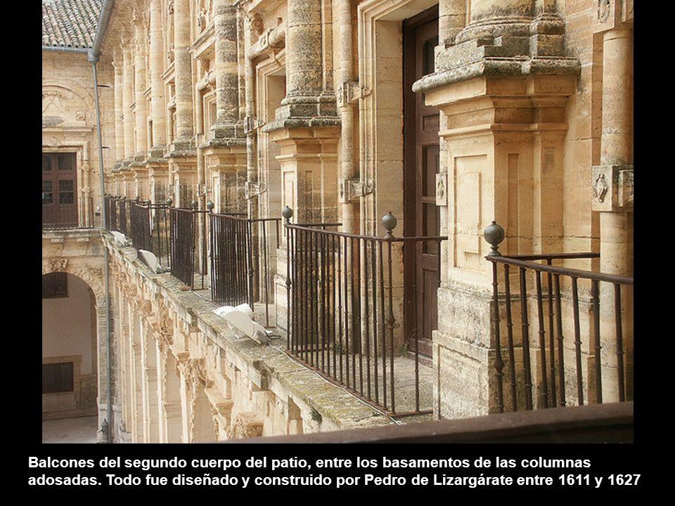 Balcones del segundo cuerpo del patio, entre los basamentos de las columnas adosadas.