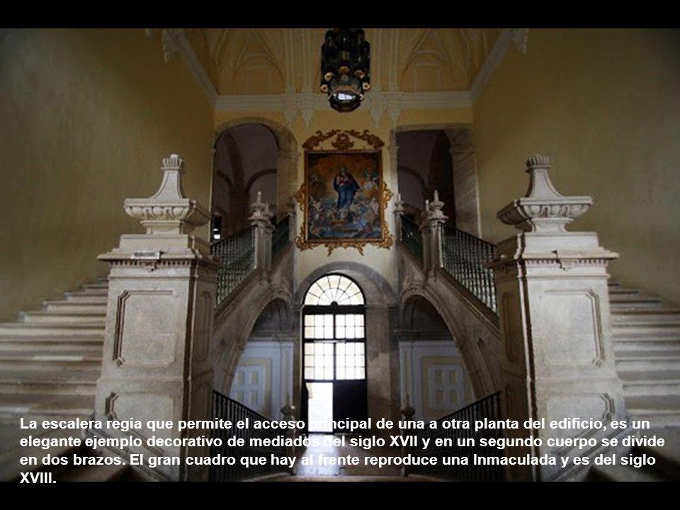 La escalera regia que permite el acceso principal de una a otra planta del edificio, es un elegante ejemplo decorativo de mediados del siglo XVII y en un segundo cuerpo se divide en dos brazos.