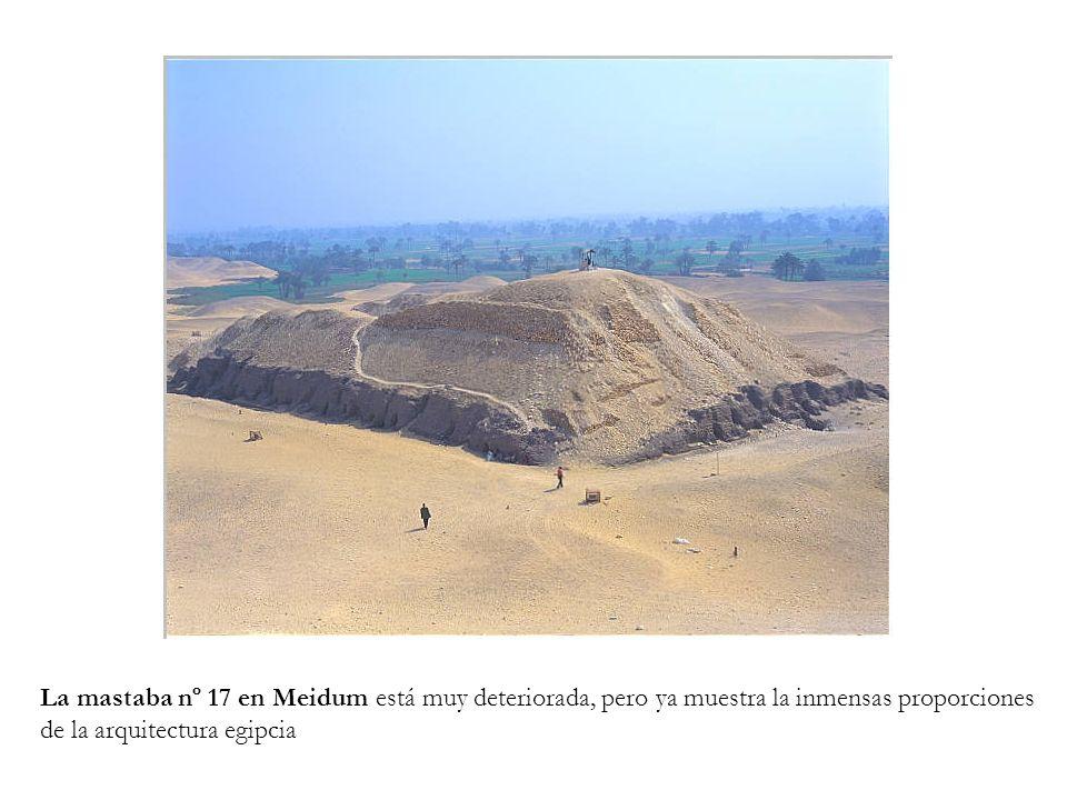 La mastaba nº 17 en Meidum está muy deteriorada, pero ya muestra la inmensas proporciones
