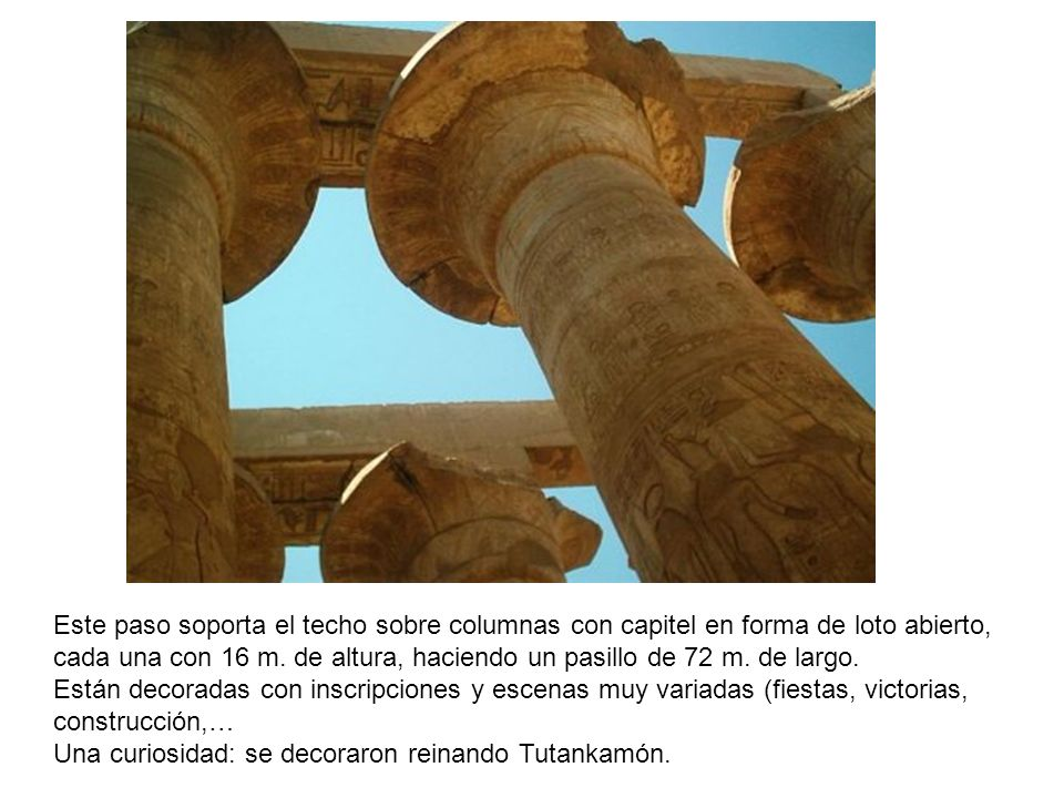 Este paso soporta el techo sobre columnas con capitel en forma de loto abierto,