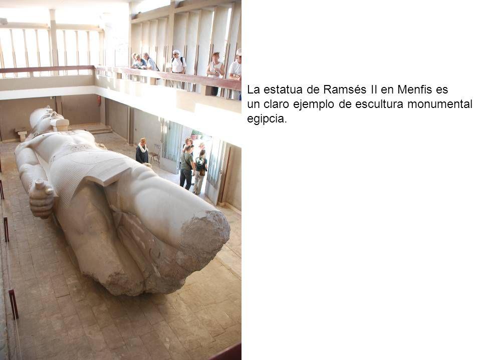 La estatua de Ramsés II en Menfis es