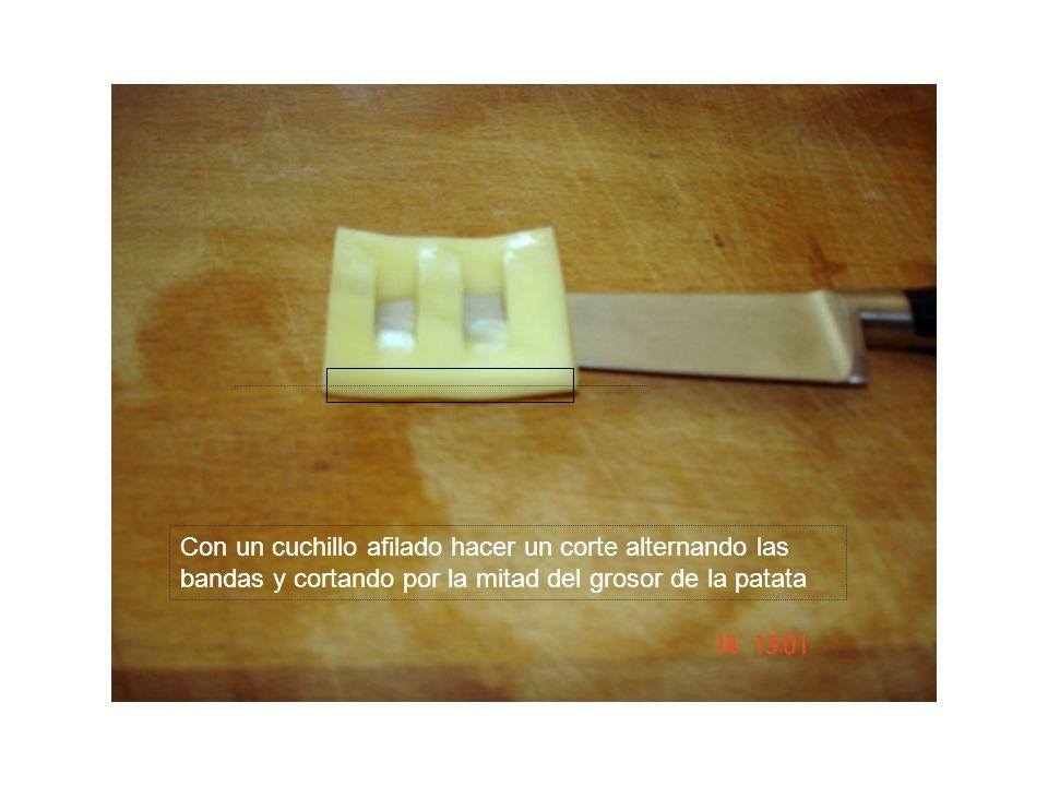 Con un cuchillo afilado hacer un corte alternando las bandas y cortando por la mitad del grosor de la patata