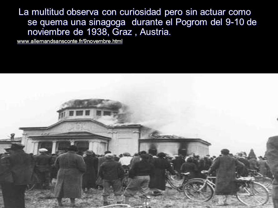 La multitud observa con curiosidad pero sin actuar como se quema una sinagoga durante el Pogrom del 9-10 de noviembre de 1938, Graz , Austria.