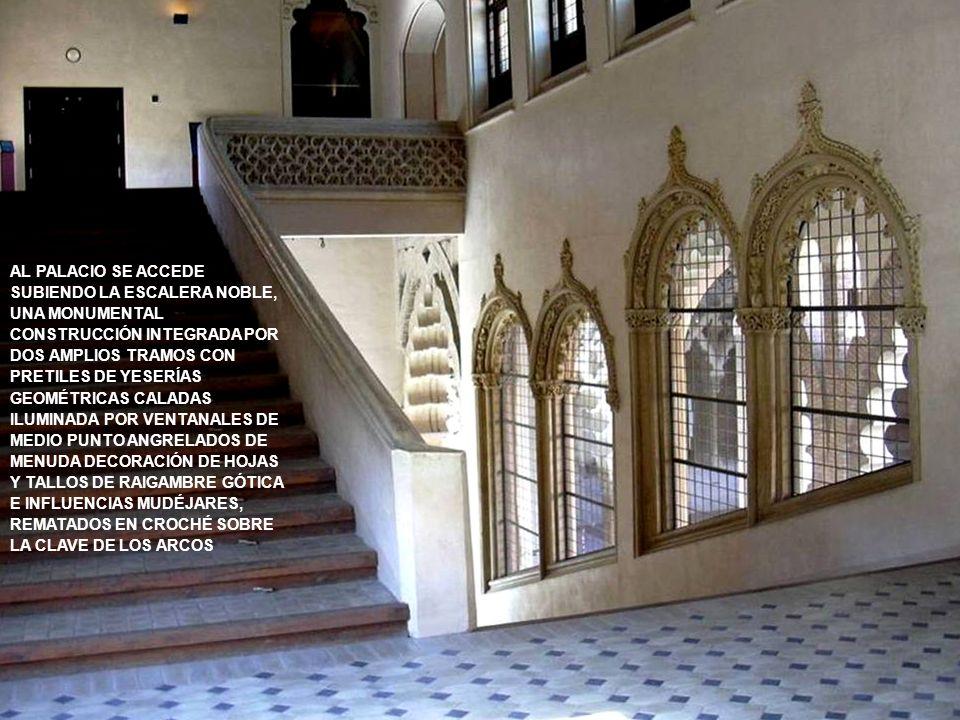 AL PALACIO SE ACCEDE SUBIENDO LA ESCALERA NOBLE, UNA MONUMENTAL CONSTRUCCIÓN INTEGRADA POR DOS AMPLIOS TRAMOS CON PRETILES DE YESERÍAS GEOMÉTRICAS CALADAS ILUMINADA POR VENTANALES DE MEDIO PUNTO ANGRELADOS DE MENUDA DECORACIÓN DE HOJAS Y TALLOS DE RAIGAMBRE GÓTICA E INFLUENCIAS MUDÉJARES, REMATADOS EN CROCHÉ SOBRE LA CLAVE DE LOS ARCOS