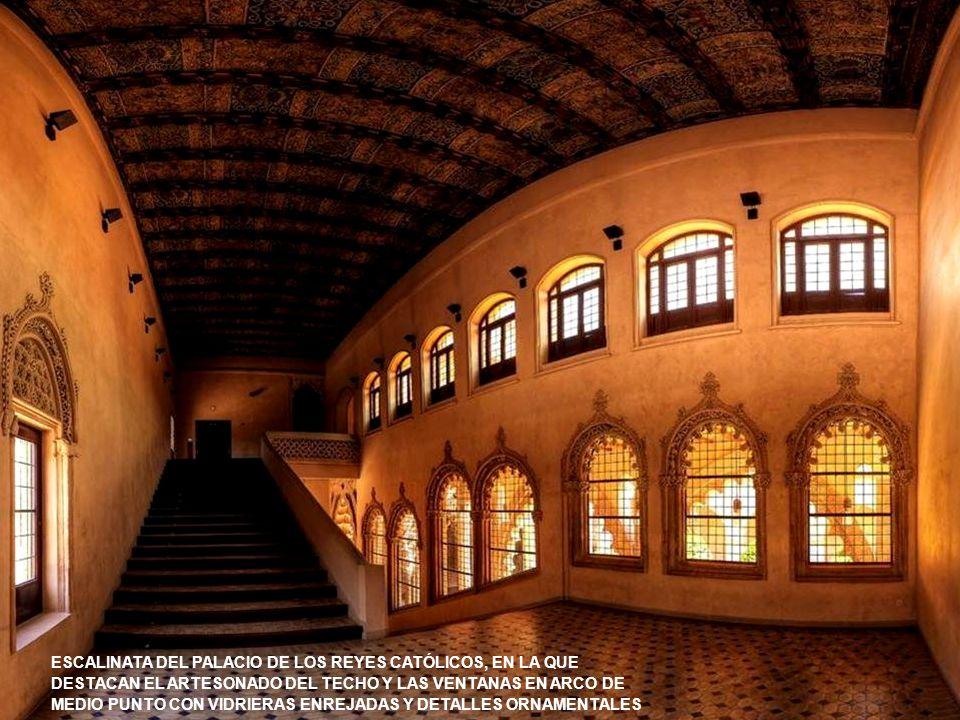 ESCALINATA DEL PALACIO DE LOS REYES CATÓLICOS, EN LA QUE DESTACAN EL ARTESONADO DEL TECHO Y LAS VENTANAS EN ARCO DE MEDIO PUNTO CON VIDRIERAS ENREJADAS Y DETALLES ORNAMENTALES
