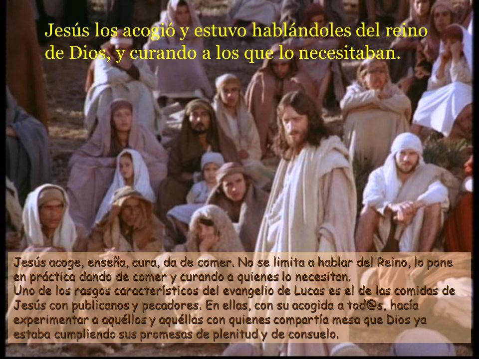 Jesús los acogió y estuvo hablándoles del reino de Dios, y curando a los que lo necesitaban.