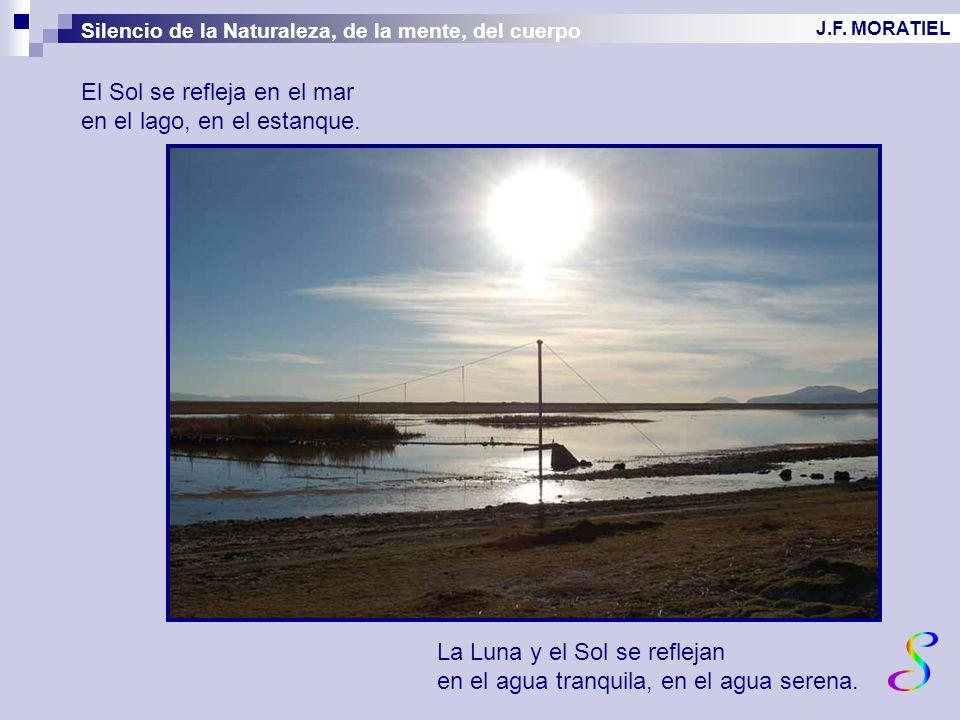 El Sol se refleja en el mar en el lago, en el estanque.