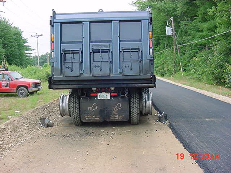 Este camión tolva tocó un cable del tendido eléctrico.