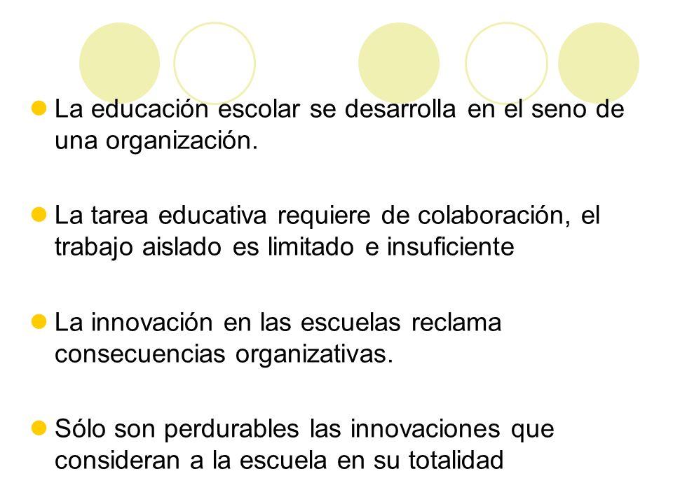 La educación escolar se desarrolla en el seno de una organización.