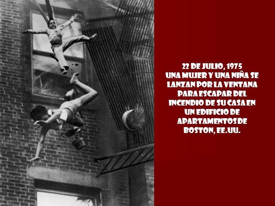 22 de julio, 1975 Una mujer y una niña se lanzan por la ventana para escapar del inceNdio de su casa en un edificio de apartamentos de Boston, EE.UU.