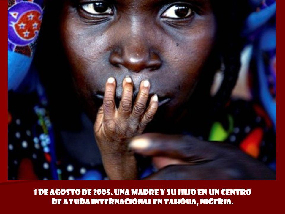 1 de agosto de 2005. Una madre y su hijo en un centro de ayuda internacional en Tahoua, Nigeria.