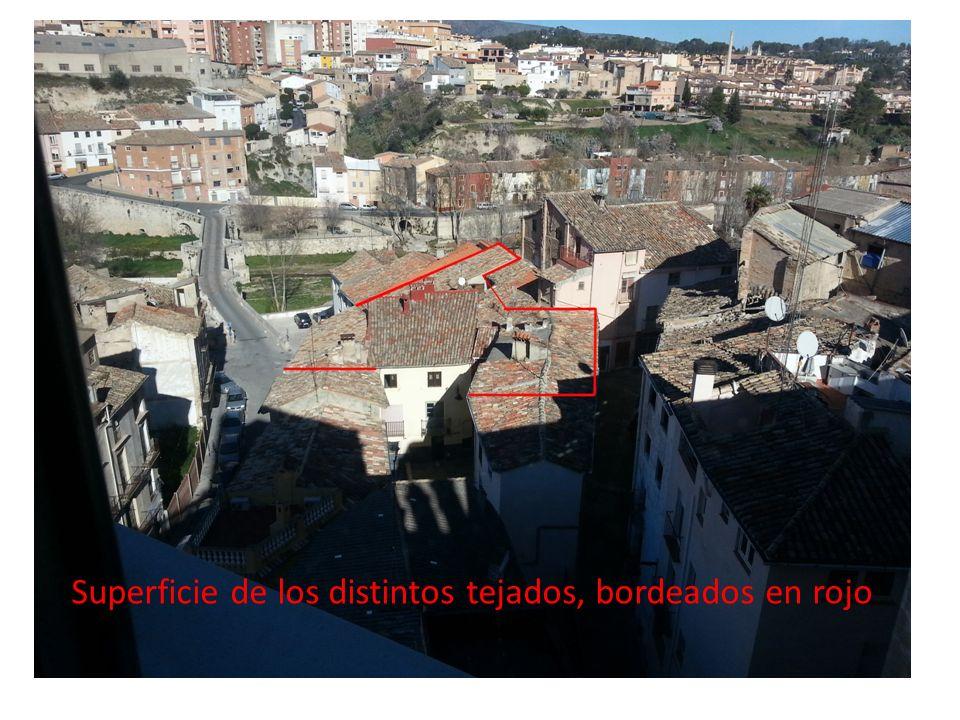 Superficie de los distintos tejados, bordeados en rojo