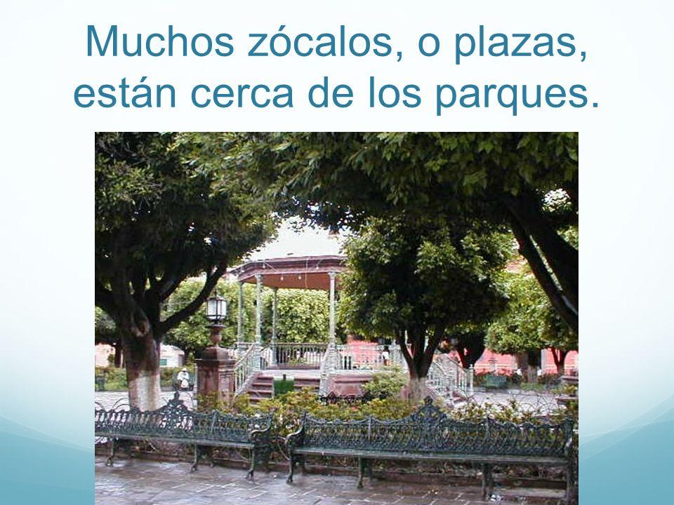 Muchos zócalos, o plazas, están cerca de los parques.