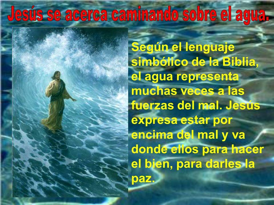 Jesús se acerca caminando sobre el agua.