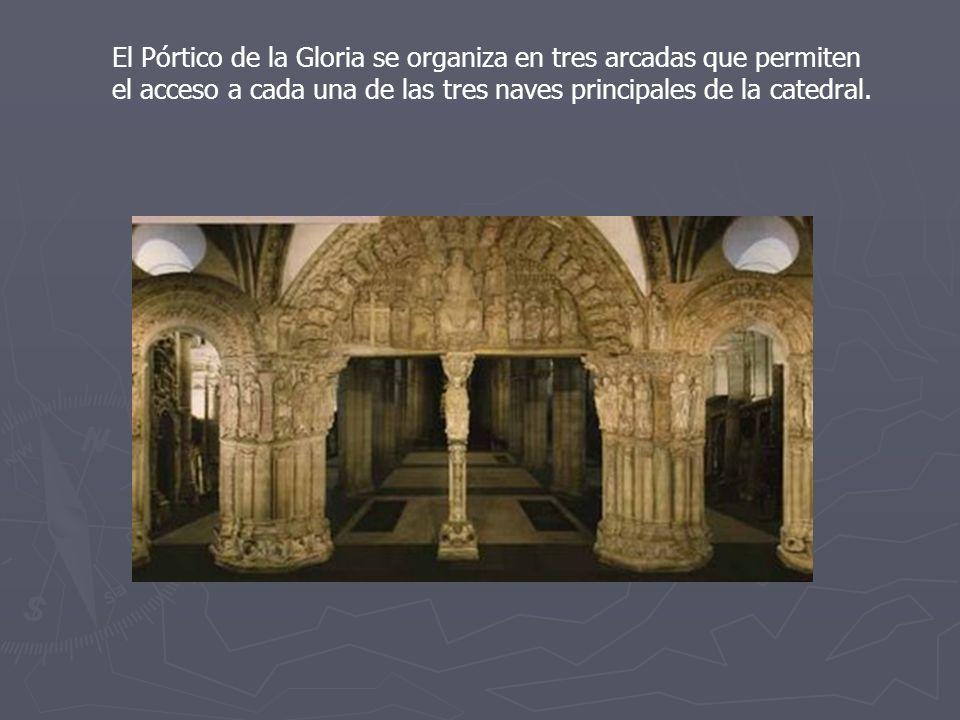 El Pórtico de la Gloria se organiza en tres arcadas que permiten el acceso a cada una de las tres naves principales de la catedral.