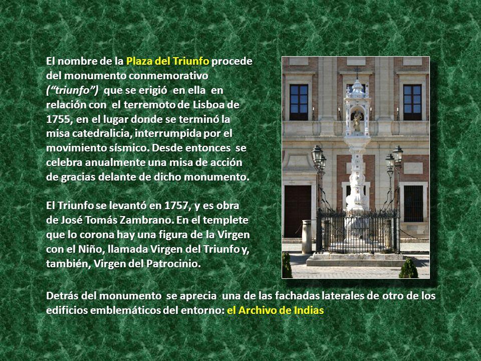 El nombre de la Plaza del Triunfo procede del monumento conmemorativo ( triunfo ) que se erigió en ella en relación con el terremoto de Lisboa de 1755, en el lugar donde se terminó la misa catedralicia, interrumpida por el movimiento sísmico. Desde entonces se celebra anualmente una misa de acción de gracias delante de dicho monumento.