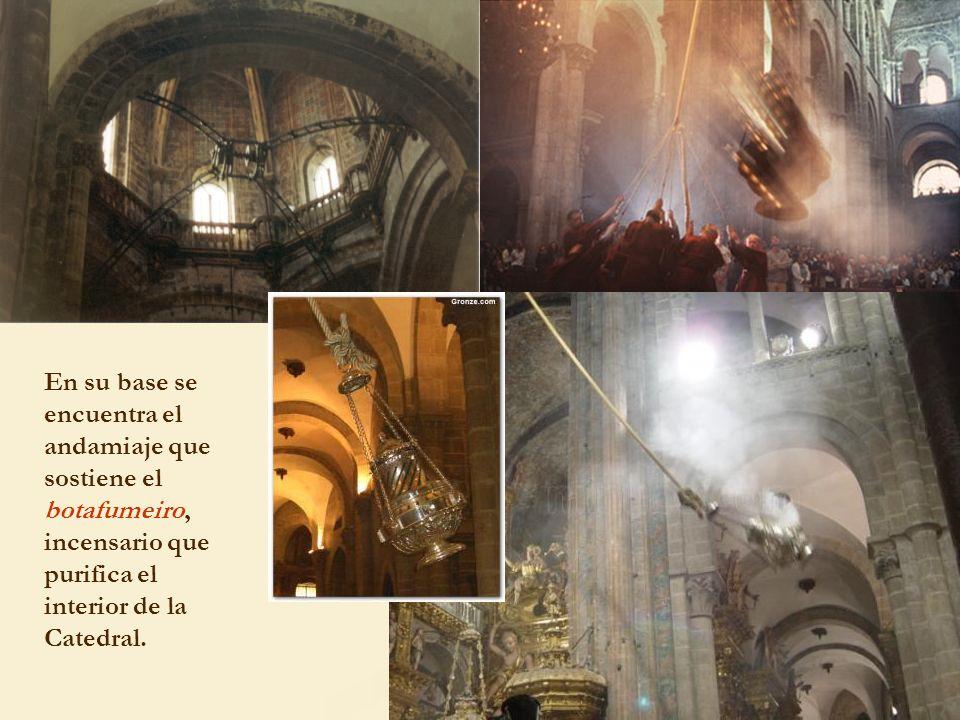 En su base se encuentra el andamiaje que sostiene el botafumeiro, incensario que purifica el interior de la Catedral.