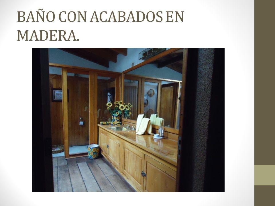 BAÑO CON ACABADOS EN MADERA.