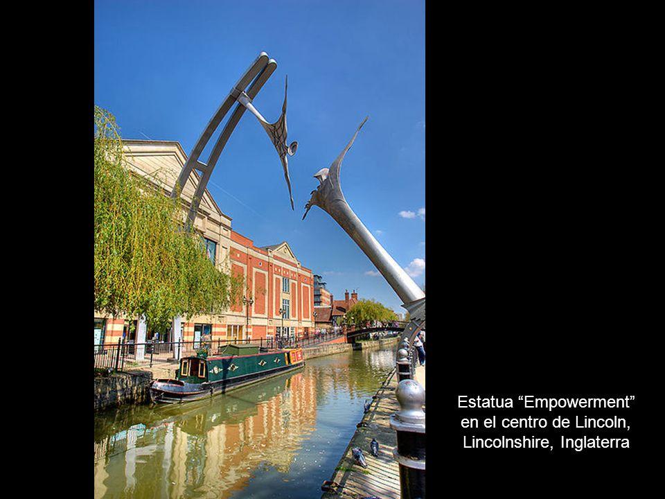 Estatua Empowerment en el centro de Lincoln, Lincolnshire, Inglaterra