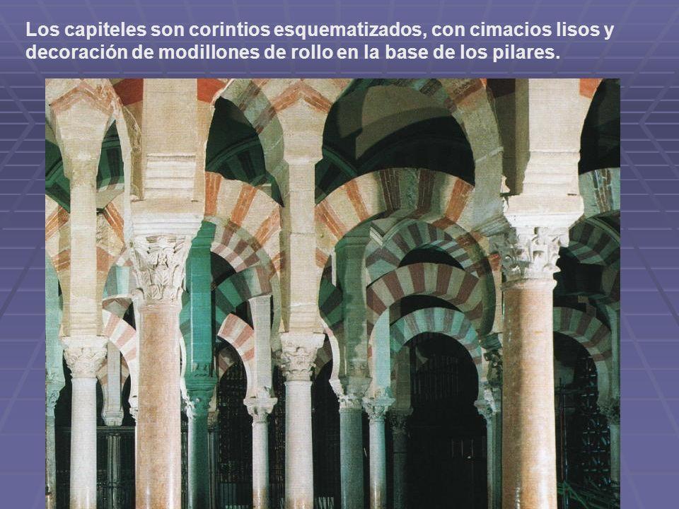 Los capiteles son corintios esquematizados, con cimacios lisos y decoración de modillones de rollo en la base de los pilares.