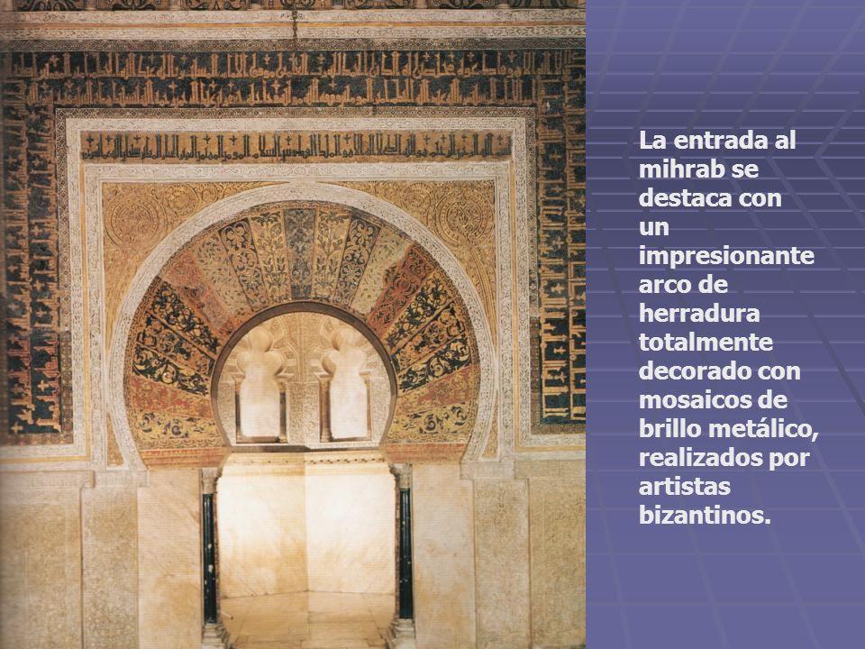 La entrada al mihrab se destaca con un impresionante arco de herradura totalmente decorado con mosaicos de brillo metálico, realizados por artistas bizantinos.