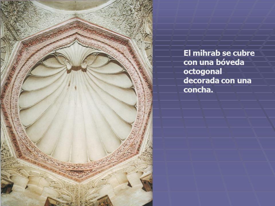 El mihrab se cubre con una bóveda octogonal decorada con una concha.