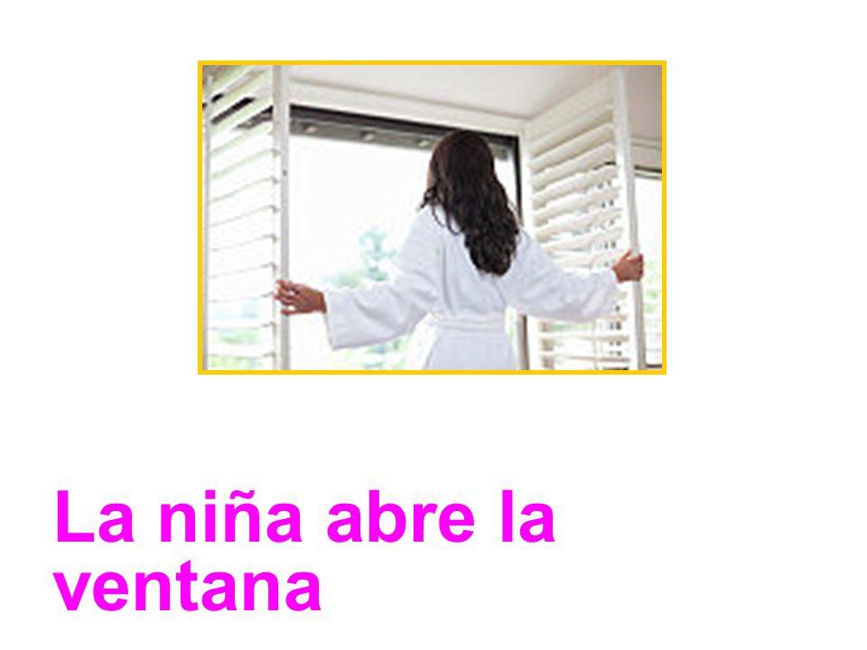 La niña abre la ventana
