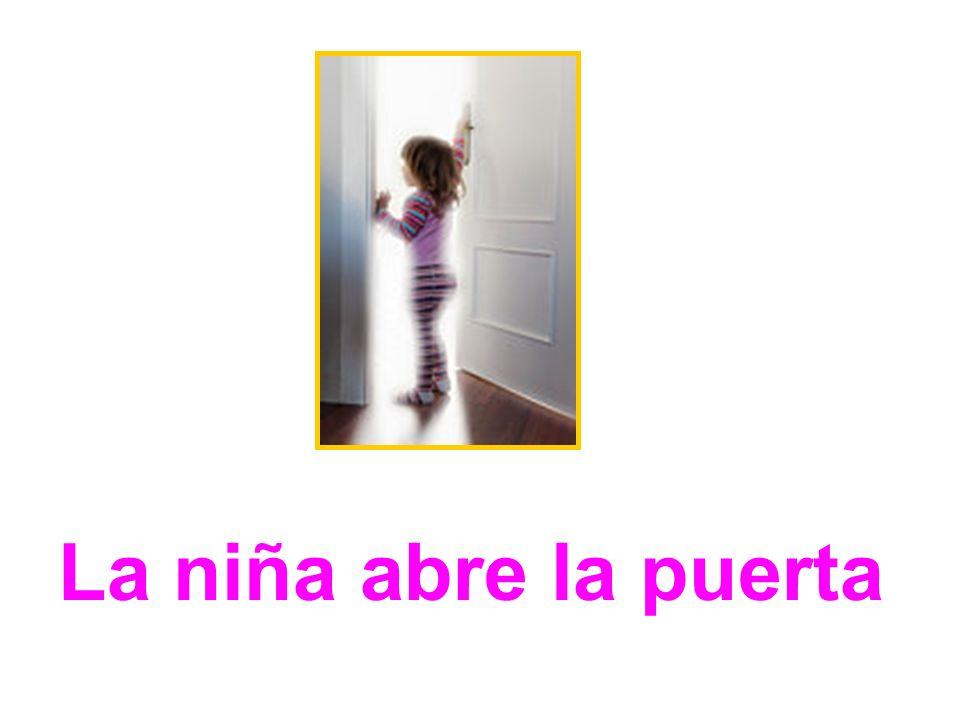 La niña abre la puerta