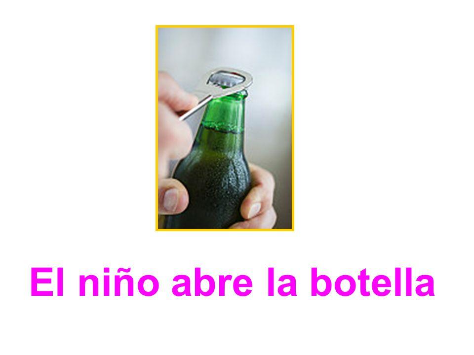 El niño abre la botella