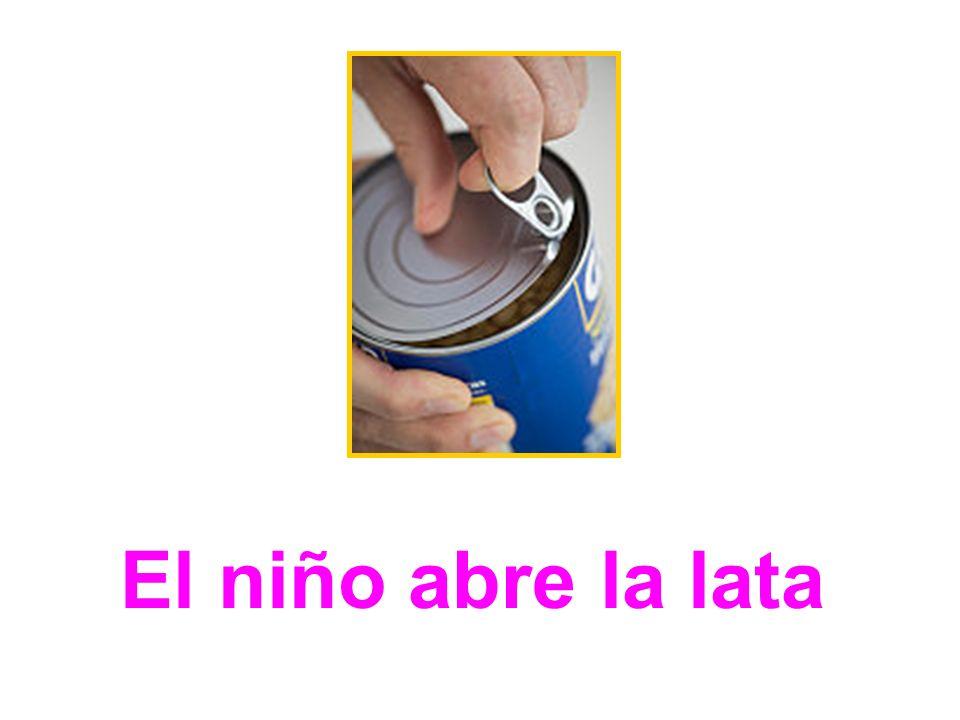 El niño abre la lata