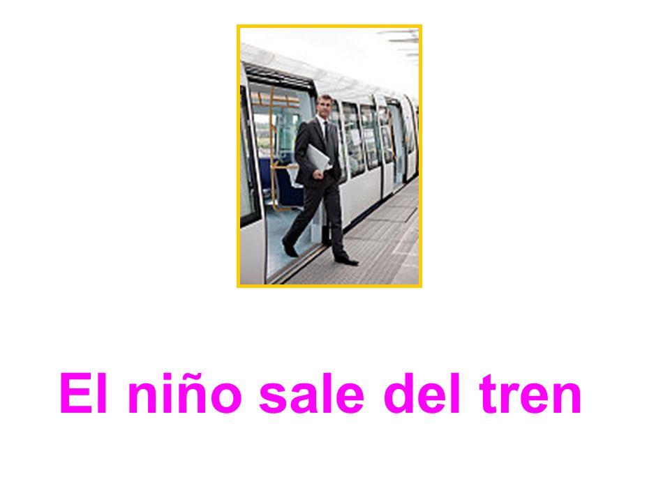 El niño sale del tren