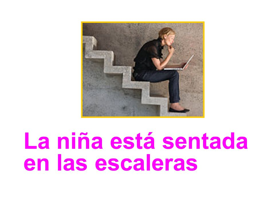 La niña está sentada en las escaleras