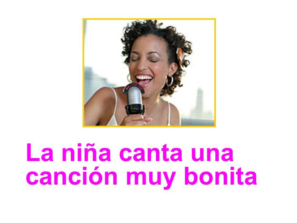 La niña canta una canción muy bonita