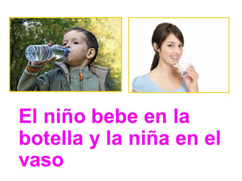 El niño bebe en la botella y la niña en el vaso