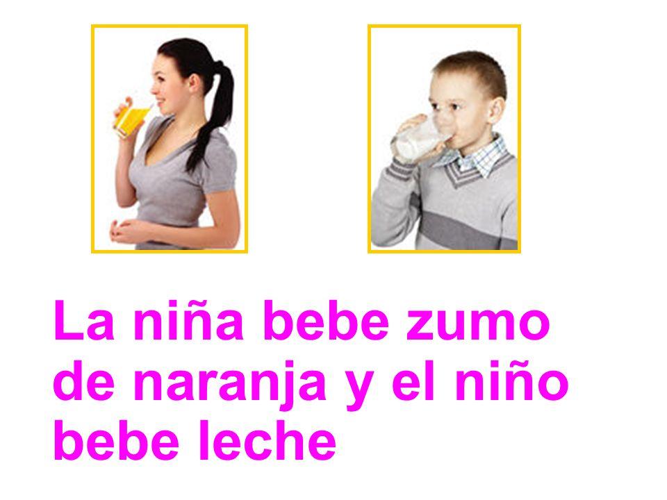 La niña bebe zumo de naranja y el niño bebe leche