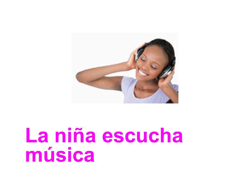 La niña escucha música