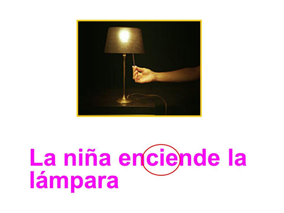 La niña enciende la lámpara