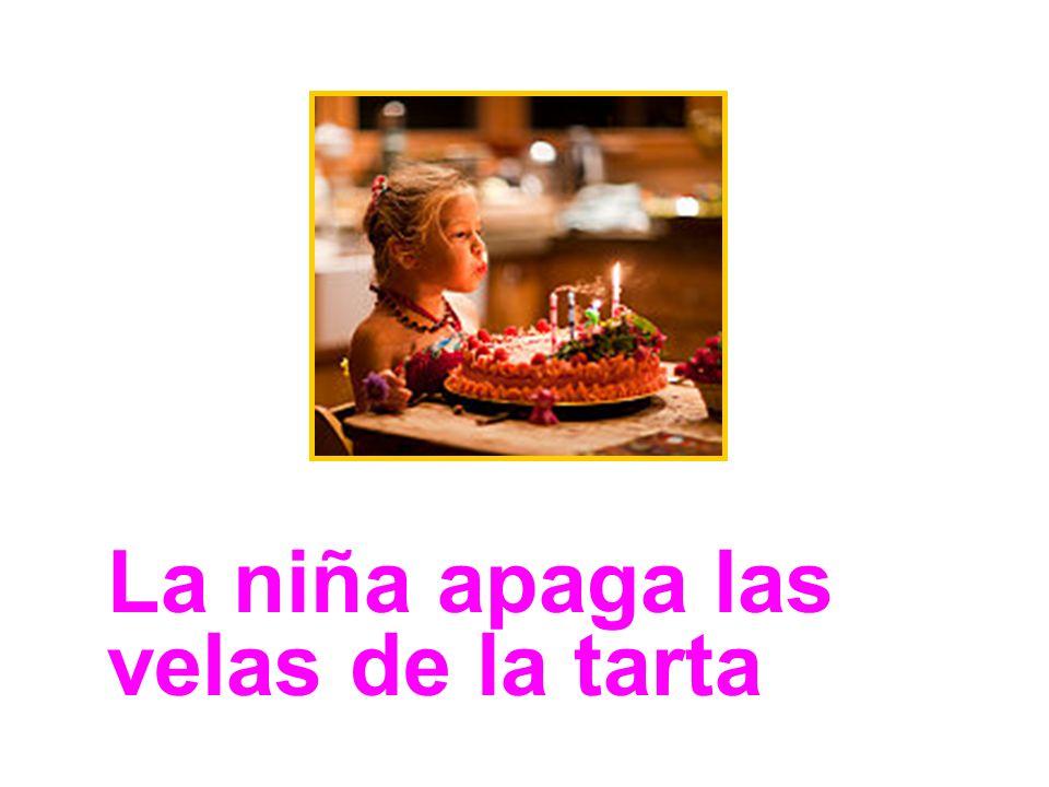 La niña apaga las velas de la tarta