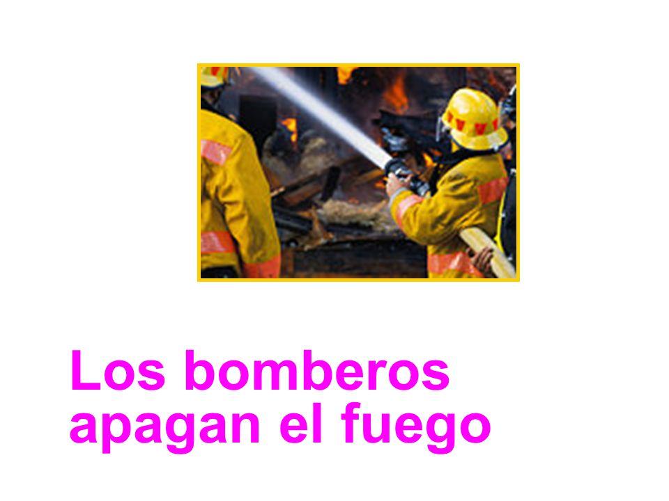 Los bomberos apagan el fuego