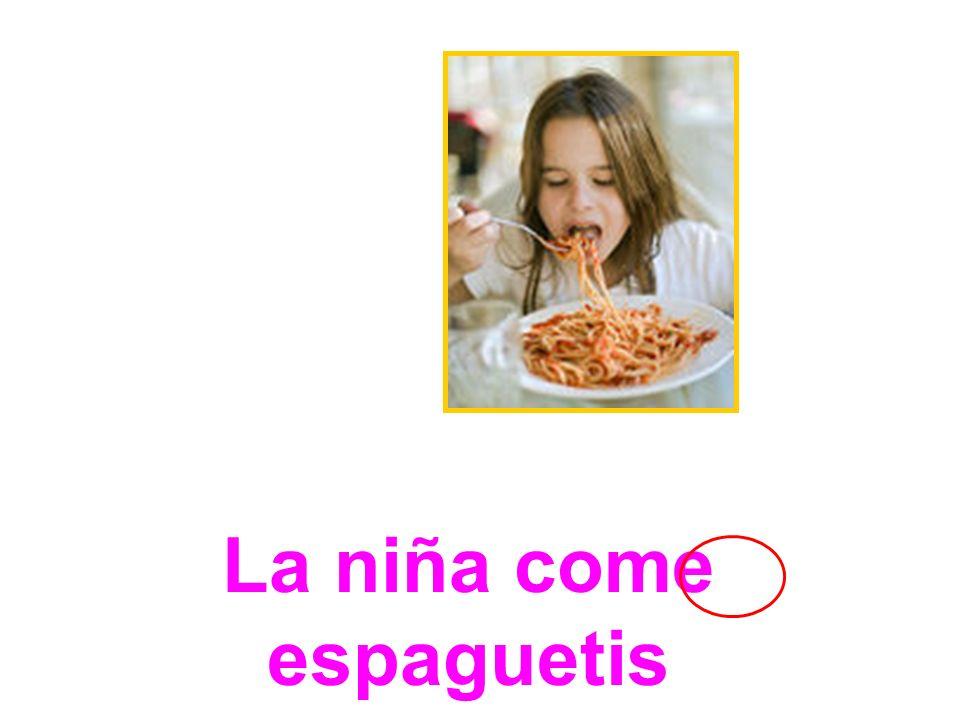 La niña come espaguetis