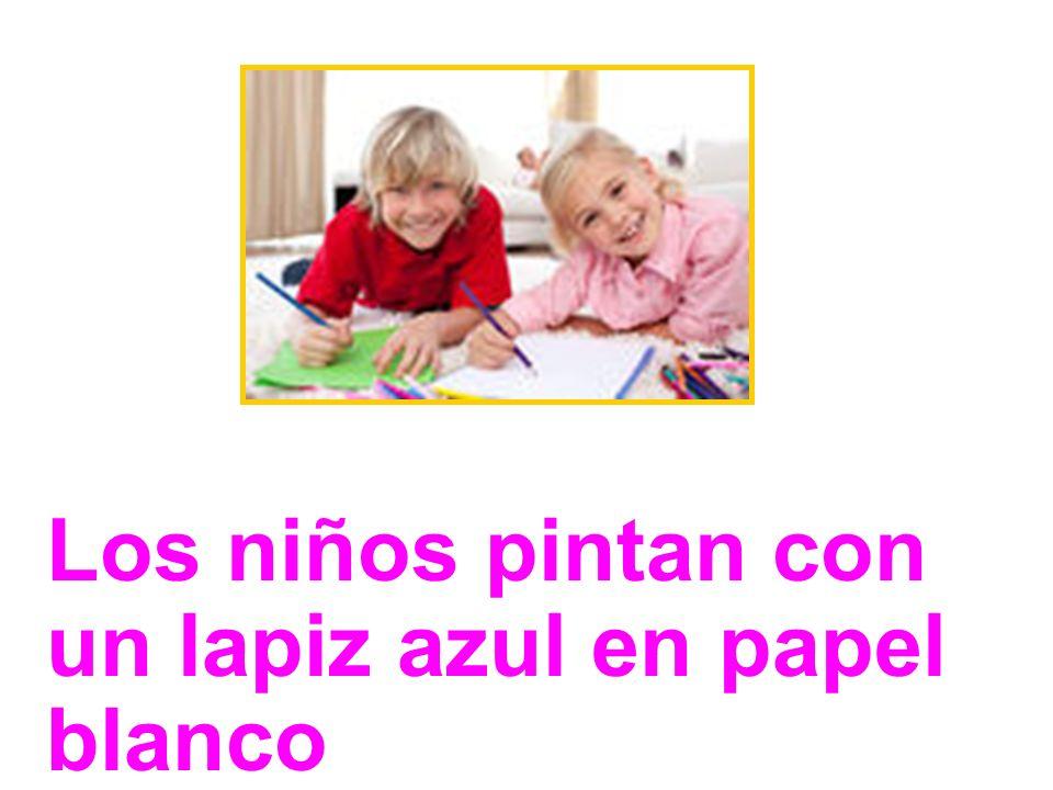 Los niños pintan con un lapiz azul en papel blanco