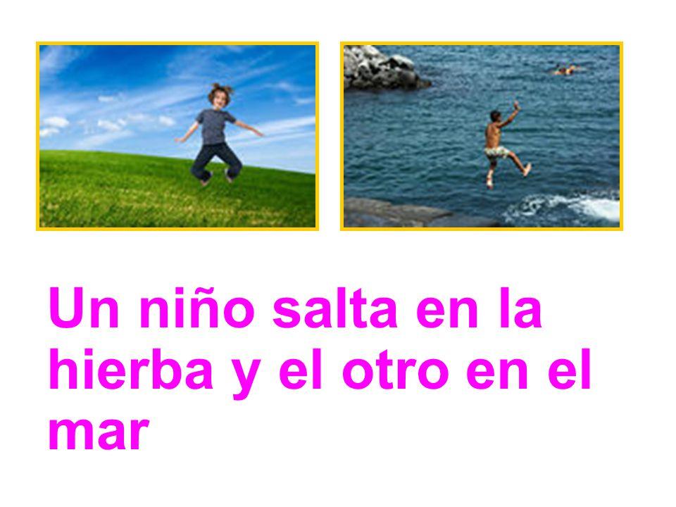 Un niño salta en la hierba y el otro en el mar