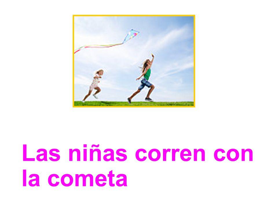 Las niñas corren con la cometa