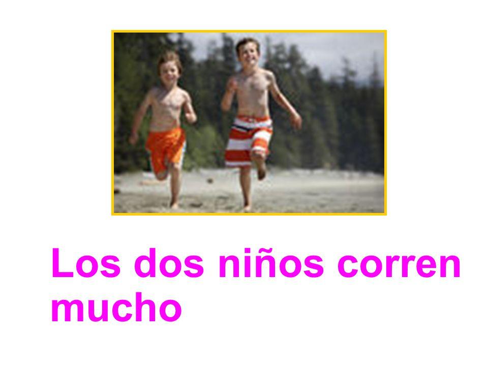 Los dos niños corren mucho