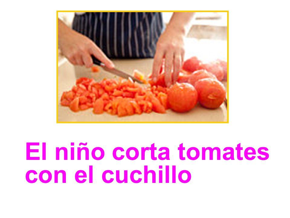 El niño corta tomates con el cuchillo