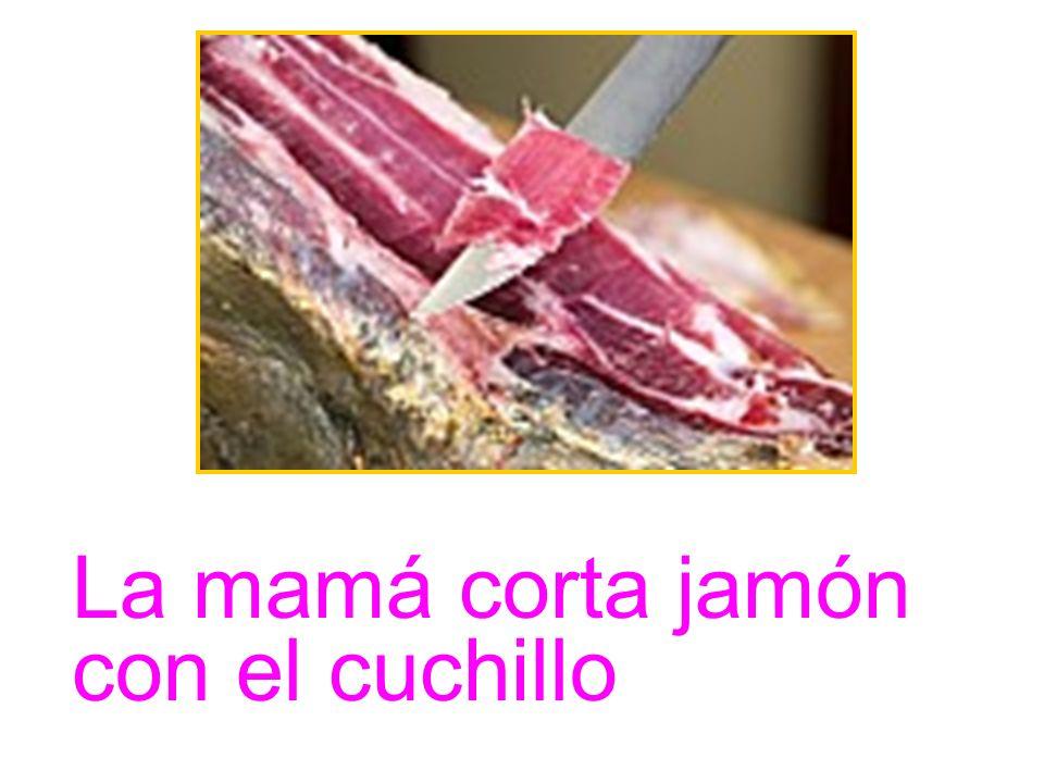 La mamá corta jamón con el cuchillo