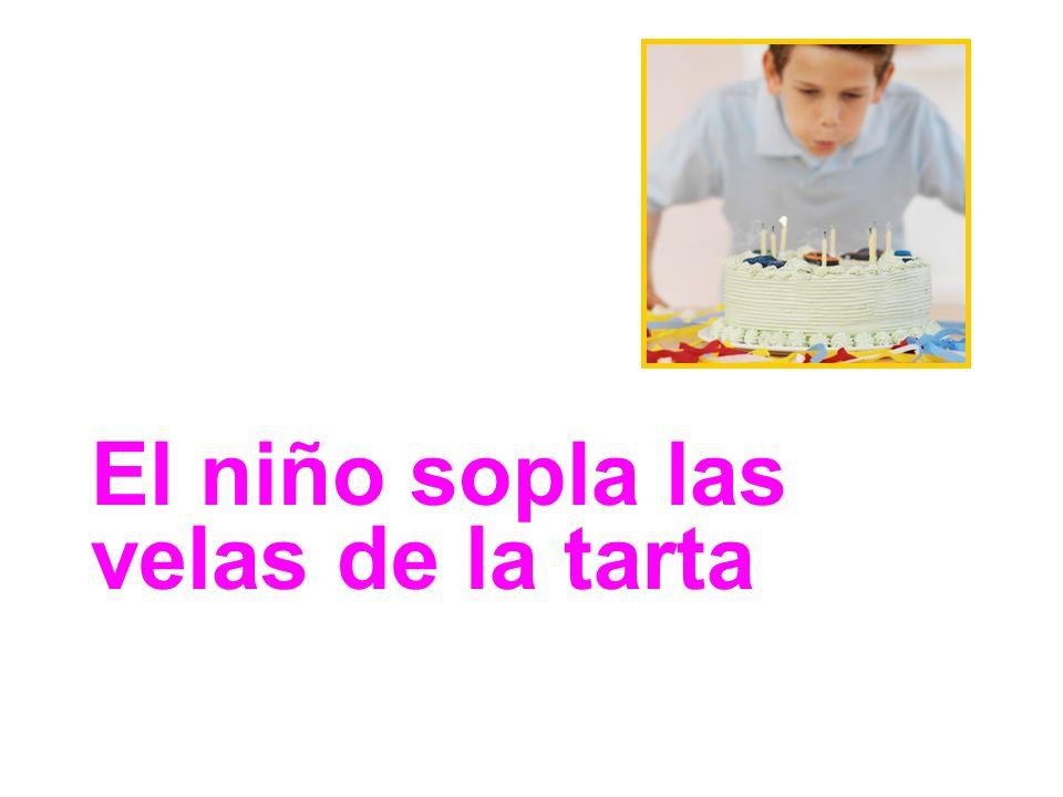 El niño sopla las velas de la tarta