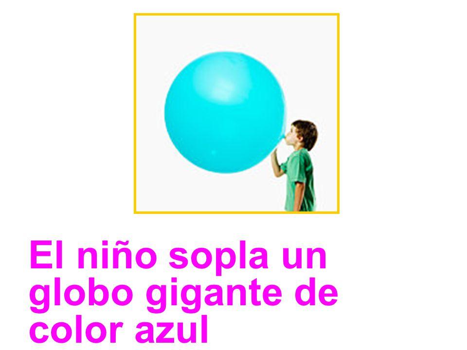 El niño sopla un globo gigante de color azul