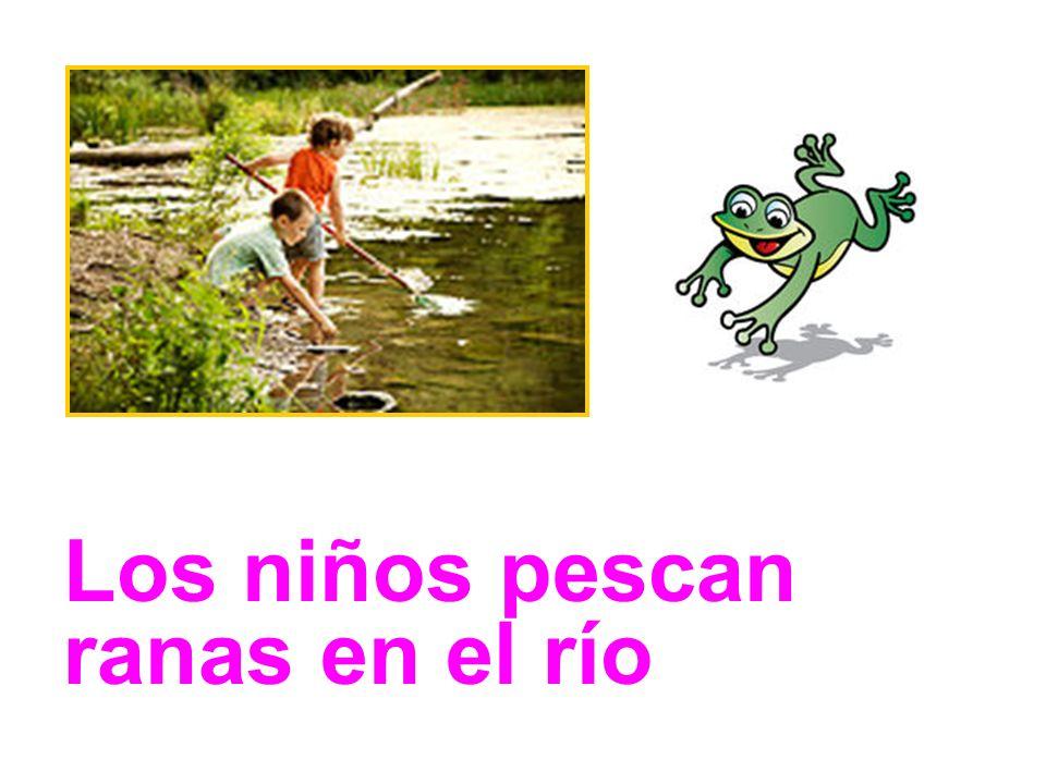 Los niños pescan ranas en el río